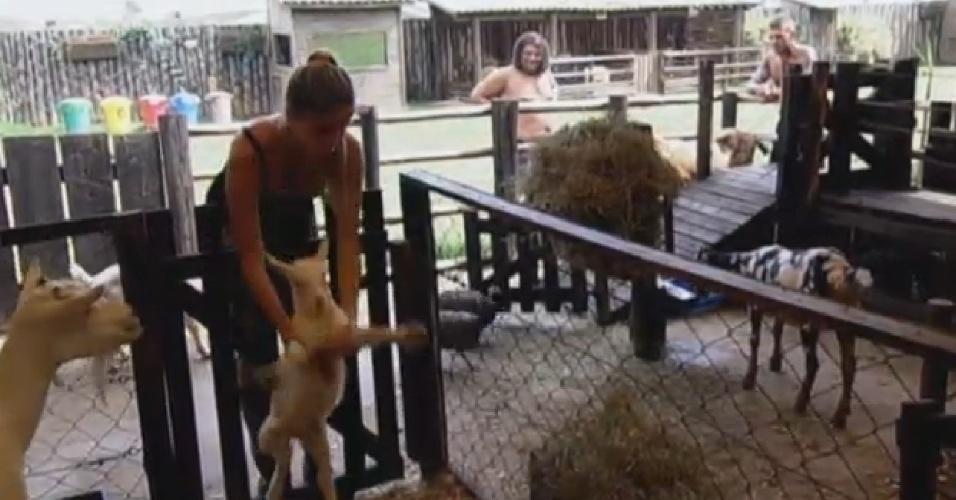 23.set.2013 - Bárbara Evans coloca cabritos junto da mãe