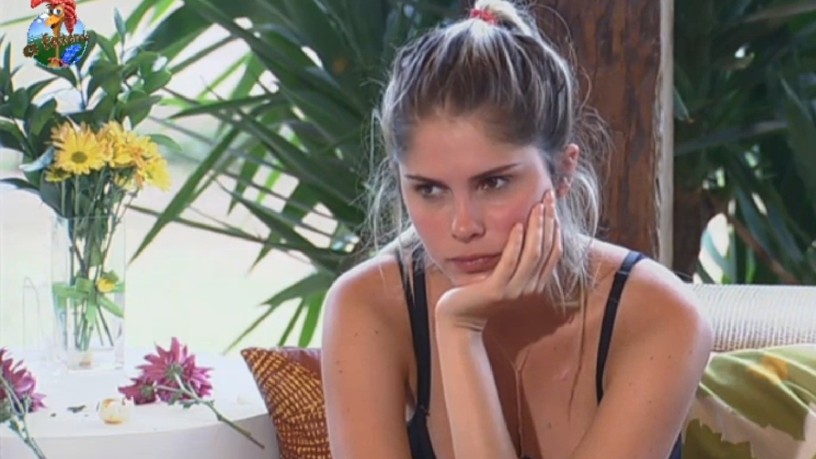 23.set.2013 - Bárbara Evans ouve atenta ao namorado