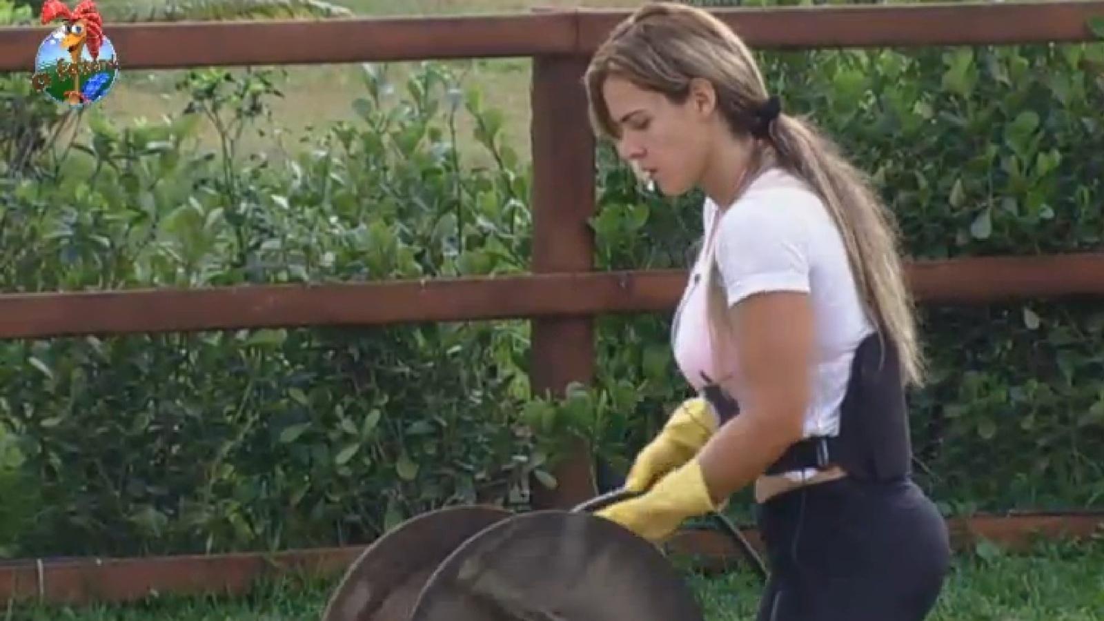 23.set.2013 - Denise enrola a mangueira nesta manhã