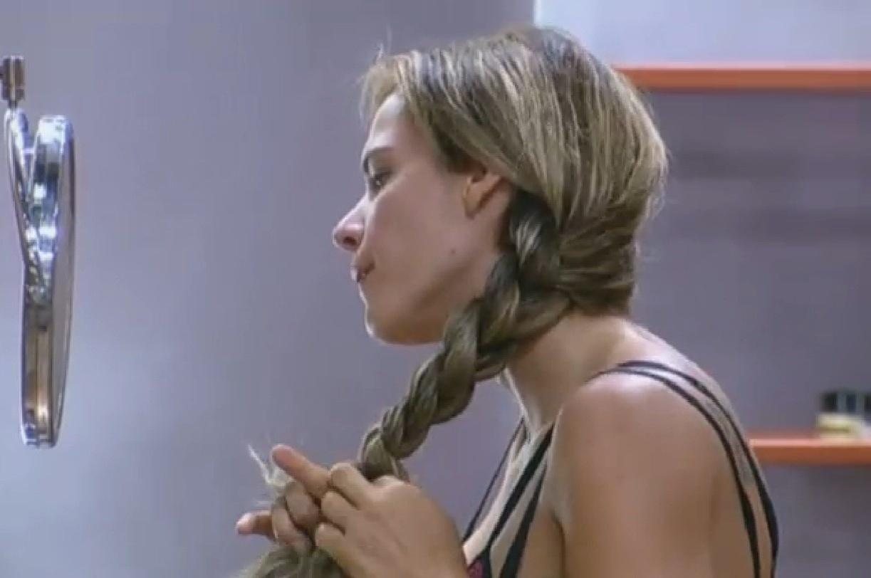 23.set.2013 - Denise Rocha trança os cabelos