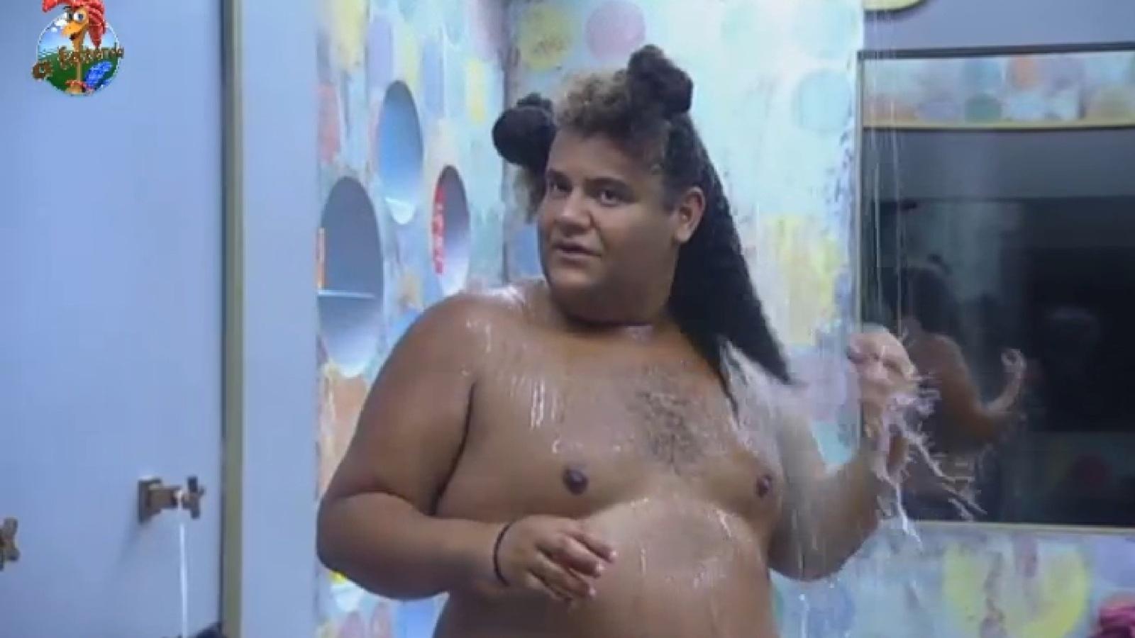 23.set.2013 - Gominho toma banho na manhã desta segunda-feira
