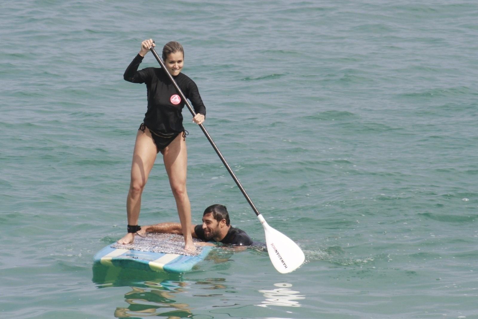 23.set.2013 - O casal ex-peões Beto Malfacini e Aryane Steinkopf curtiu um dia de praia na Macumba, na Barra da Tijuca, zona oeste do Rio
