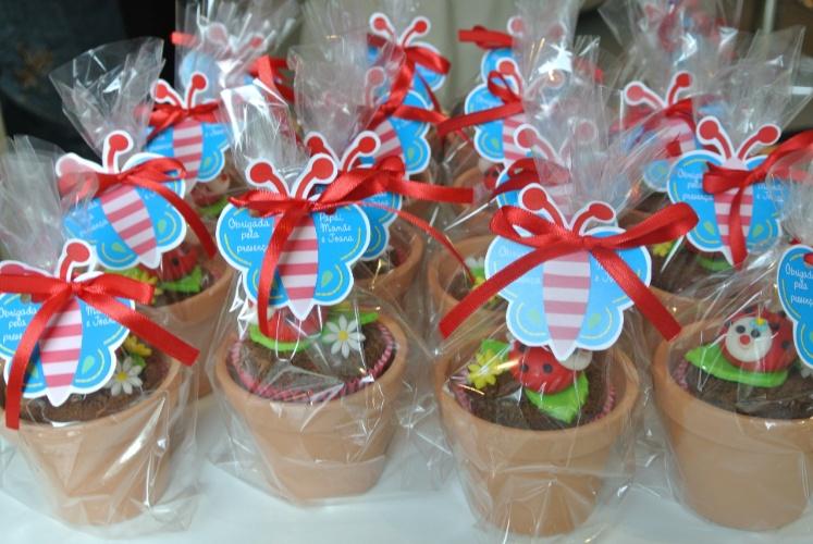 Cupcakes em vasinhos de barro e decorados com flores e joaninhas de pasta americana serviram de lembrancinhas para os convidados dessa festa produzida pela Mog & Mug