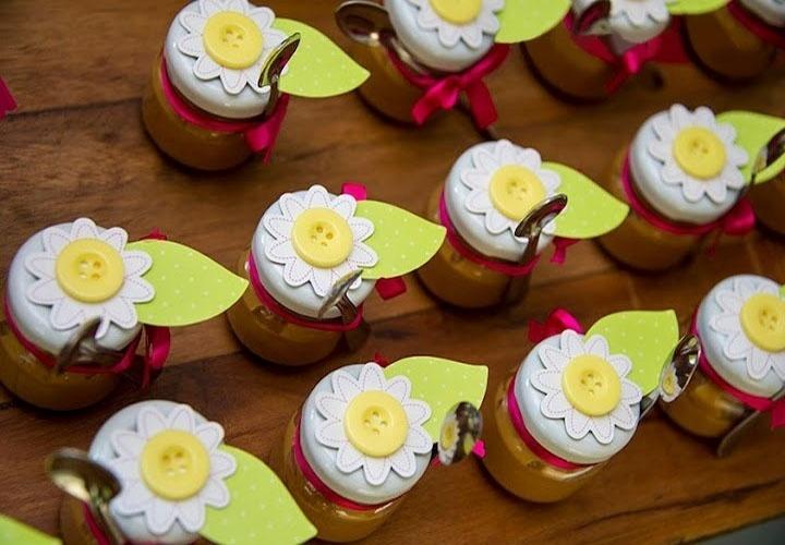 Na festa de aniversário decorada pela Dona Aranha, os potinhos com doce de leite ganharam na tampa a aplicação de uma margarida. O miolo da flor era feito de botão