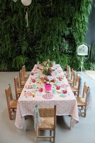 Na mesa das crianças, pratos e copos estampados foram utilizados para marcar o lugar de cada convidado mirim, neste projeto da Decoração do Baile. Maçãs do amor, cupcakes e biscoitos decorados estavam à disposição das crianças, assim como cakepops