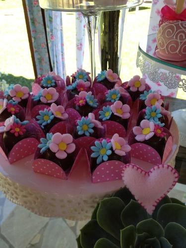 No evento da Scrap Fest, os bombons foram decorados com flores de pasta americana nas cores rosa e azul, que permearam toda a ambientação