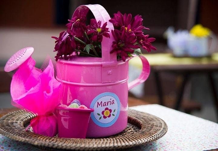 """O """"Jardim da Maria"""" foi o tema desse aniversário planejado pela empresa Dona Aranha Festas (www.facebook.com/adonaaranha). Nas mesas dos convidados foram colocados um regador com flores, um vasinho de alumínio com jujubas e um pão de mel embalado"""