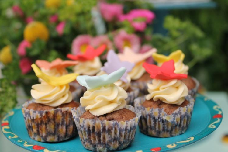 Os cupcakes de Tammy Montagna ganharam forminhas com imagens de girassol e foram decorados com borboletas em pasta americana. O projeto é da Decoração do Baile