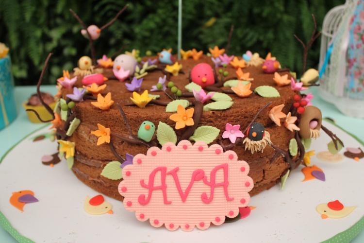 Produzido por Tammy Montagna, o naked cake ? ou bolo pelado, como é chamado o doce que tem as camadas à mostra ? foi decorado com passarinhos e flores feitas de pasta americana. O resultado foi um lindo jardim de açúcar. O projeto é da Decoração do Baile