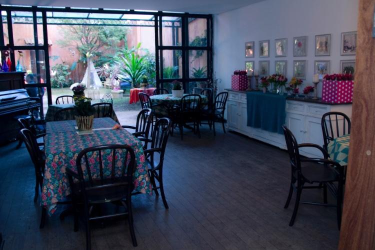Toalhas coloridas e com estampa floral cobriram as mesas dos convidados nesta produção de Leticia Alencar. Arranjos de cravos decoraram os centros de mesa. Na parede, um bufê serviu como apoio para outros arranjos e para as maçãs do amor cobertas com chocolate