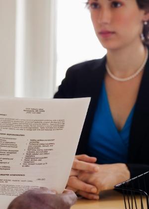 Segundo a pesquisa, o erro mais comum dos candidatos é enviar o mesmo currículo a todos os potenciais empregadores - Thinkstock