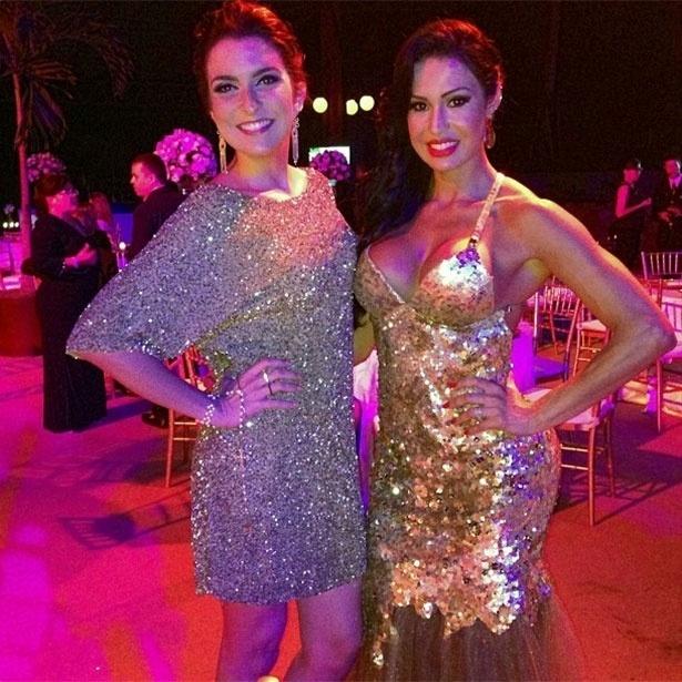 22.set.2013 - Talita Galhardo posa com Gracyanne Barbosa no casamento de Naldo benny com a Mulher Moranguinho em Jacarepaguá, Rio de Janeiro