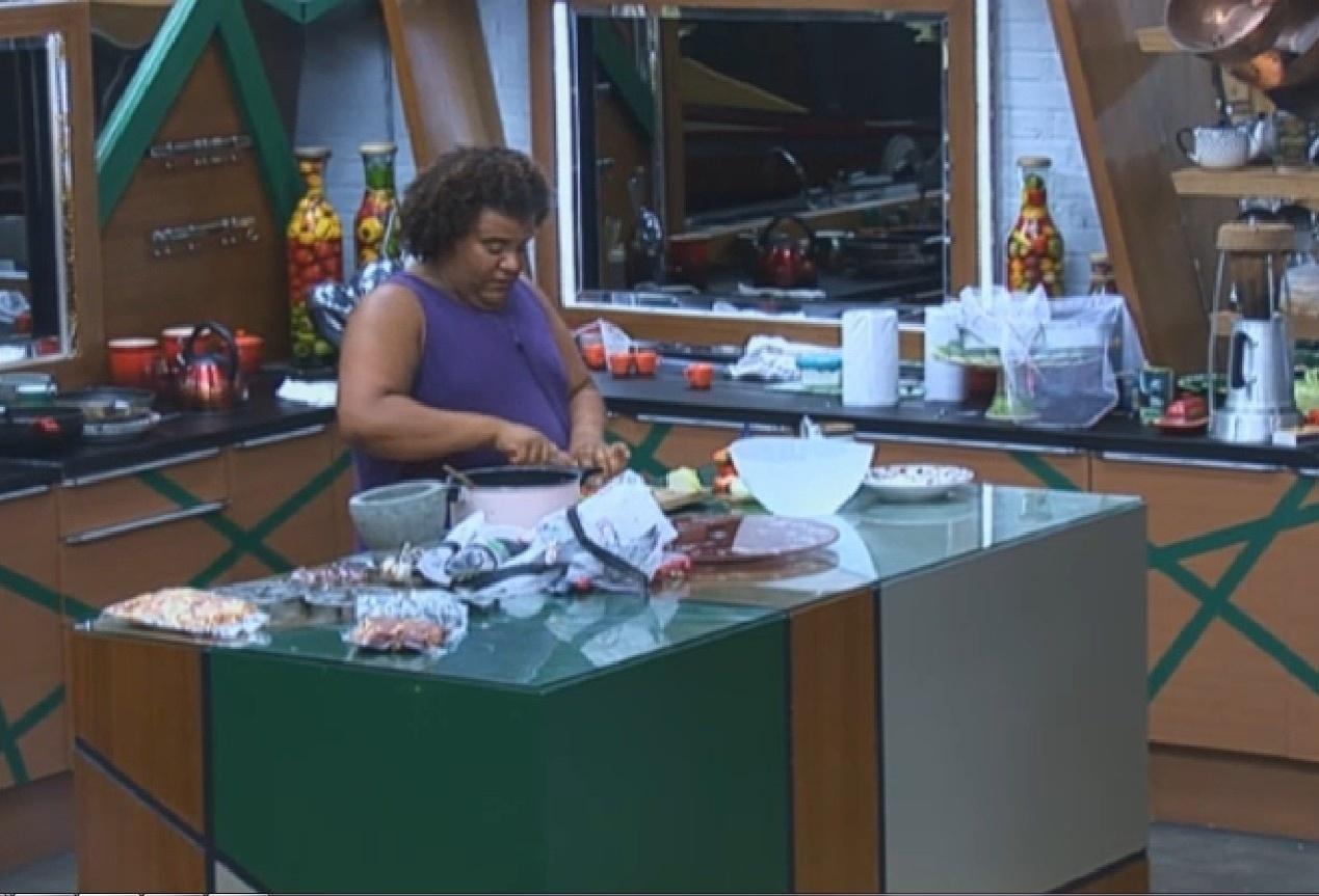 23.set.2013 - Gominho preparando o almoço