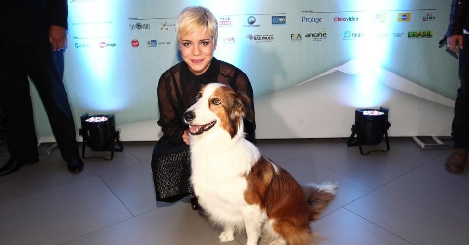 """23.set.2013 - Leandra Leal posa com o cão Duffy, uma das estrelas de """"Mato Sem Cachorro"""", na pré-estreia do filme em São Paulo"""