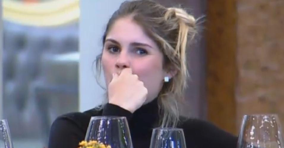 24.set.2013 - Bárbara Evans pensa antes de dar resposta em brincadeira