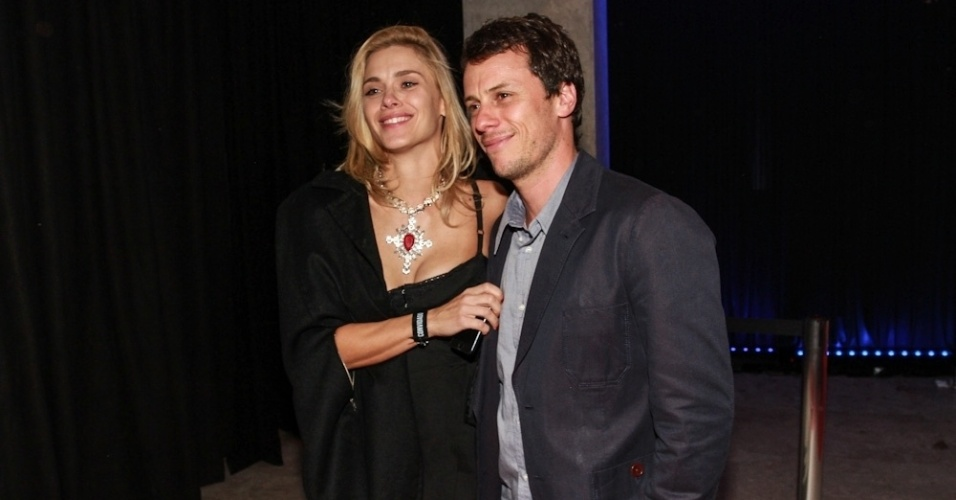 24.set.2013 - Carolina Dieckmann com o marido na festa de lançamento da MTV, em São Paulo