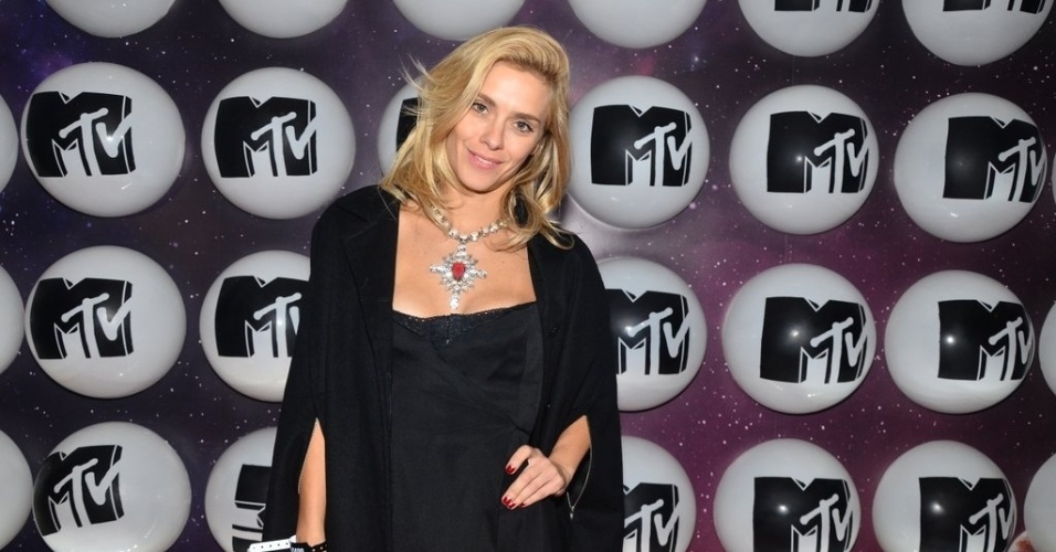 24.set.2013 - Carolina Dieckmann na festa de lançamento da MTV, em São Paulo. A atriz fez questão de falar que a