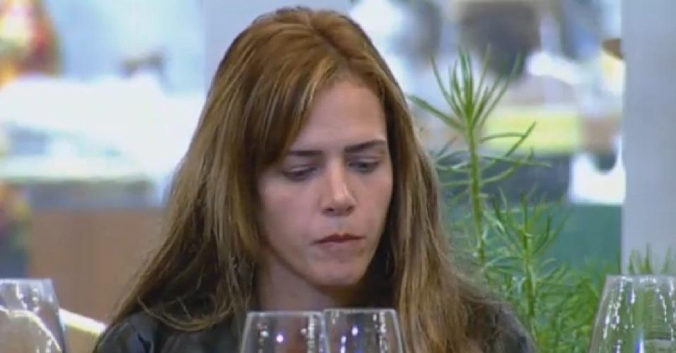 24.set.2013 - Denise dá fora em Bárbara e quebra clima de paz na noite da pizza