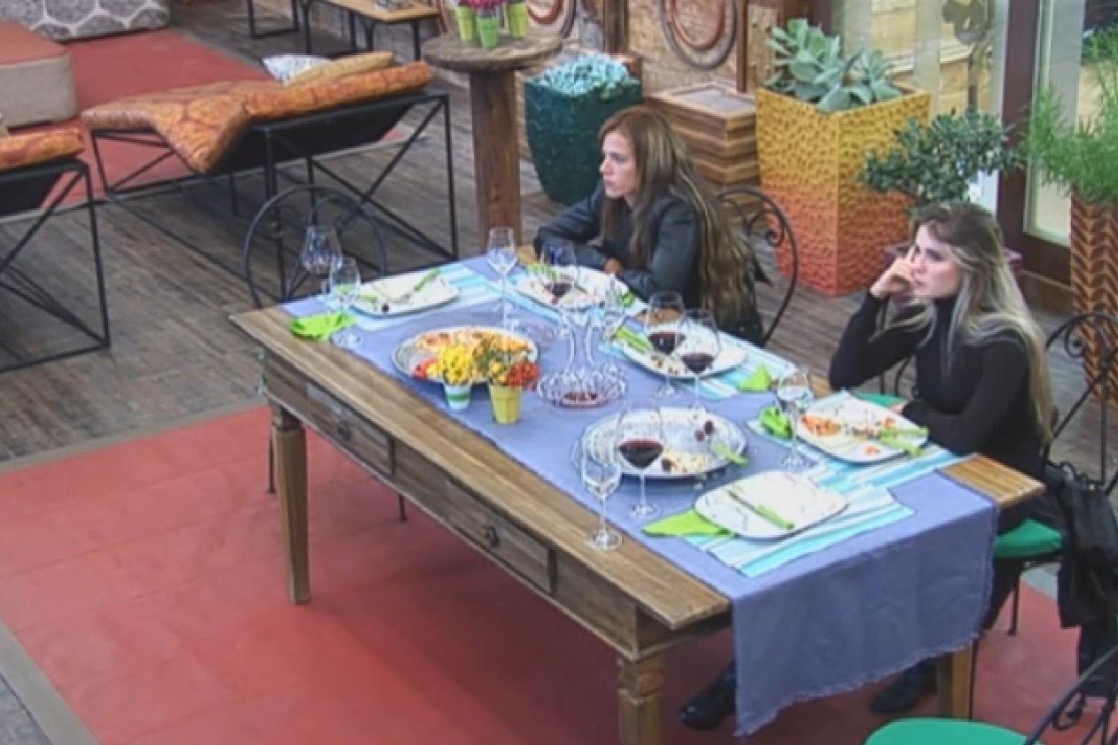 24.set.2013 - Denise e Bárbara se estranham no fim da noite da pizza