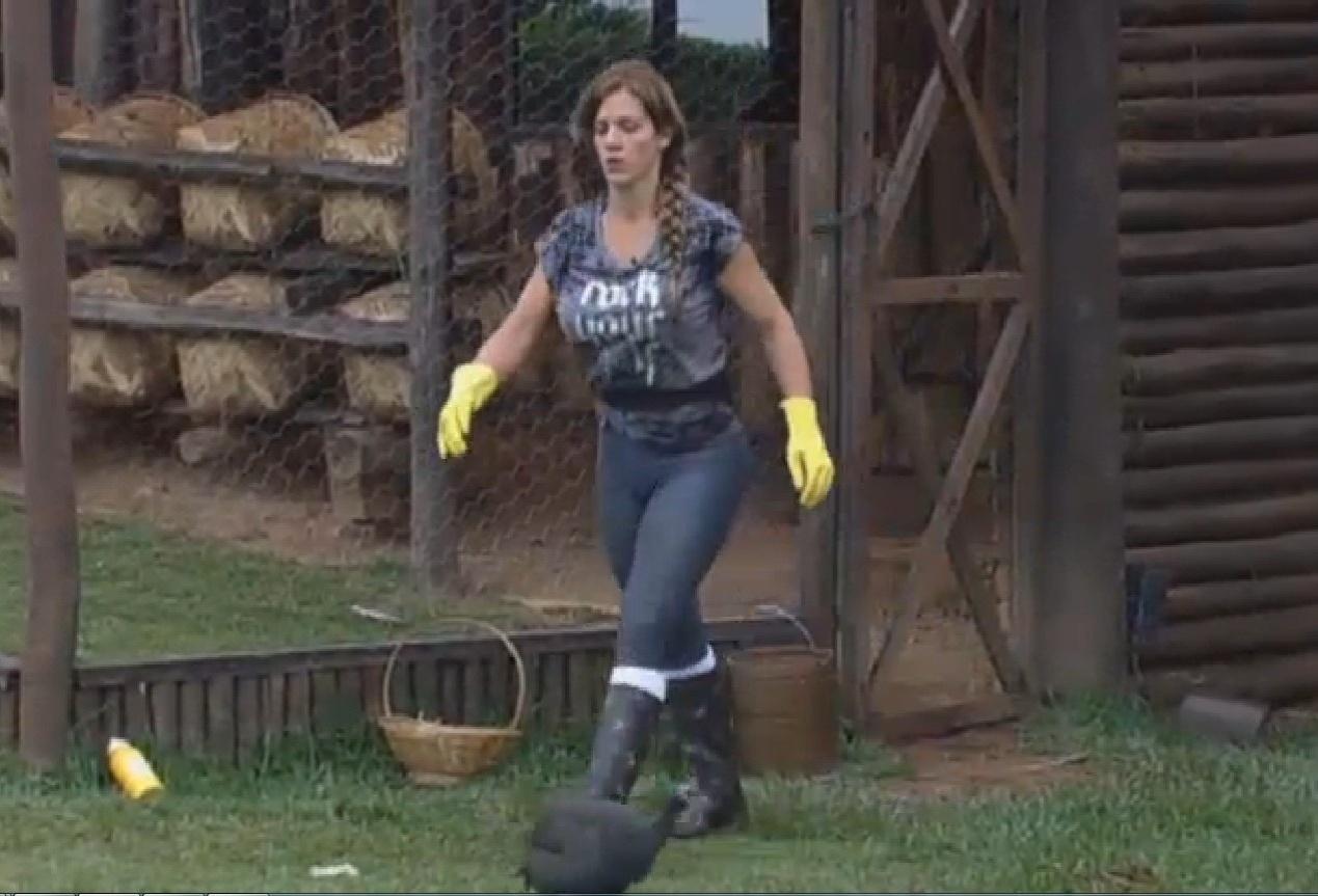 24.set.2013 - Denise Rocha cuidando das galinhas