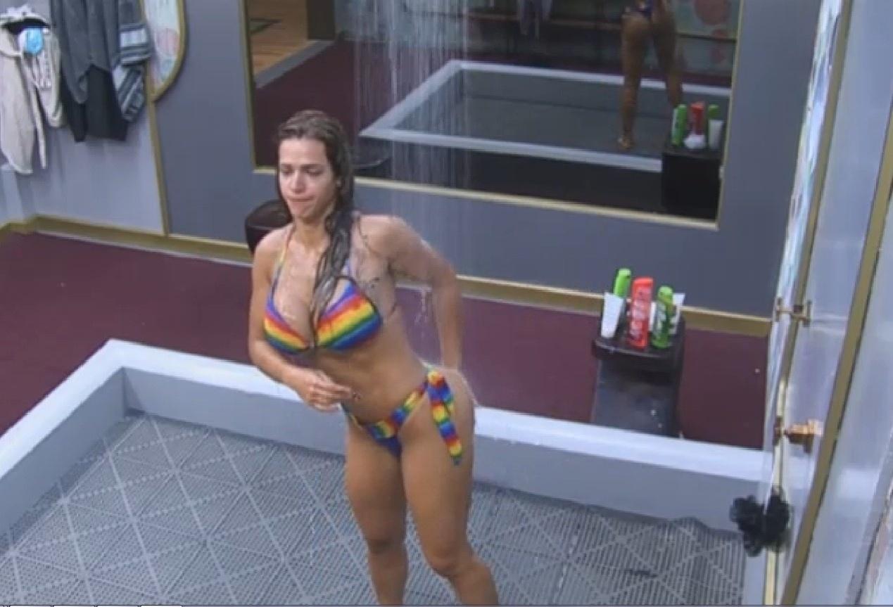 24.set.2013 - Denise Rocha tomando banho