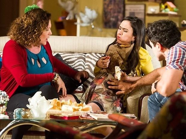 """24.set.2013 - Em """"Amor à Vida"""", Valdirene come tudo o que vê pela frente"""