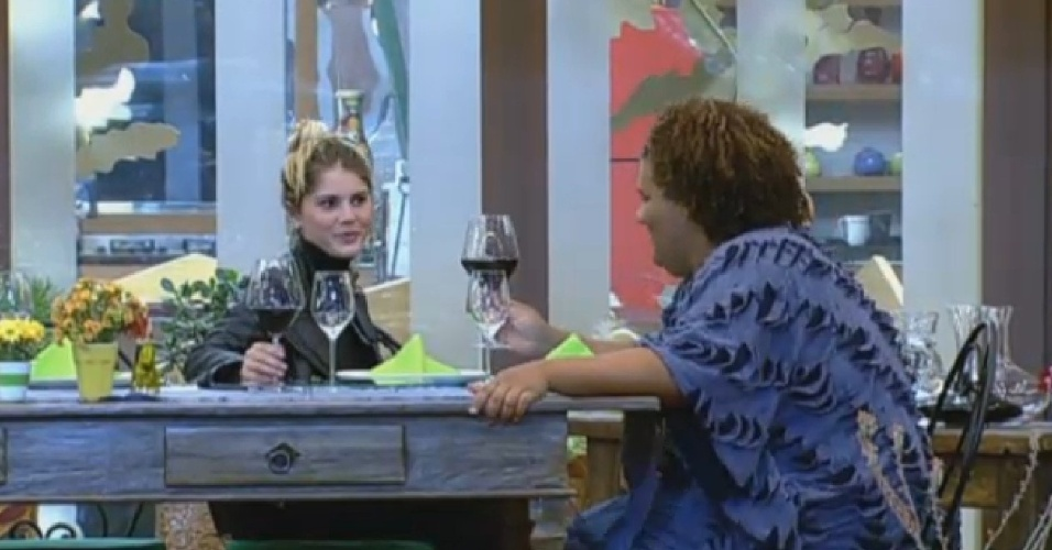 24.set.2013 - Gominho e Bárbara conversam na varanda da sede