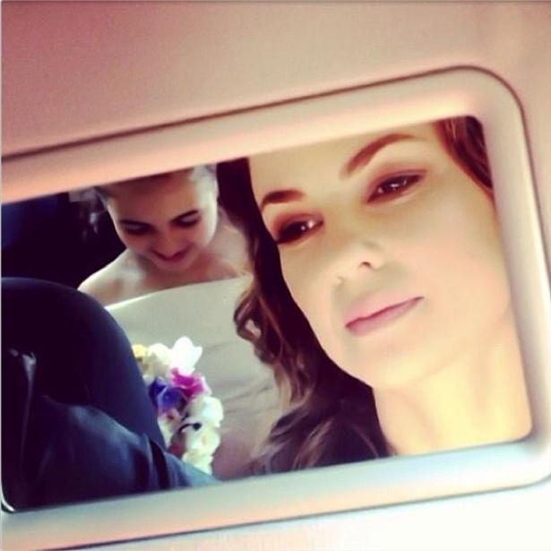 """24.set.2013 - Klara Castanho mostra vestido de daminha que usou para o casamento de Paloma (Paolla Oliveira) e Bruno (Malvino Salvador) em """"Amor à Vida""""."""