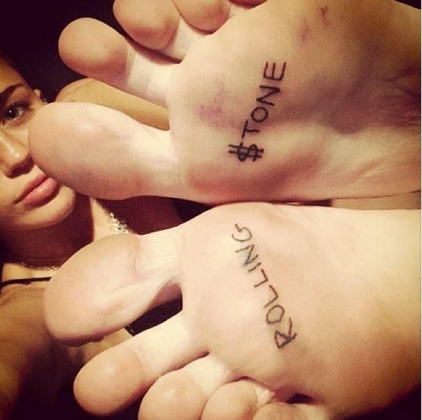 """24.set.2013 - Miley Cyrus divulgou imagem da nova tatuagem. A cantora escreveu """"Rolling Stone"""" nas solas dos pés"""