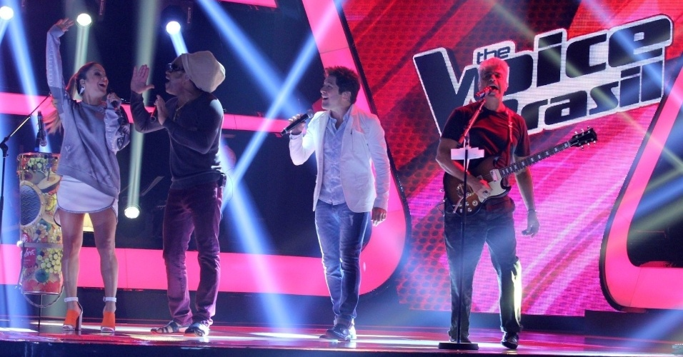 "24.set.2013 - Os jurados do ""The Voice"" Cláudia Leitte, Carlinhos Brown, Daniel, e Lulu Santos cantam durante a apresentação da segunda temporada do reality musical"