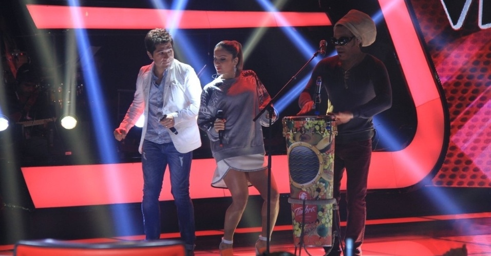 "24.set.2013 - Os jurados do ""The Voice"" Daniel, Cláudia Leitte e Carlinhos Brown cantam durante a apresentação da segunda temporada do reality musical"