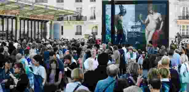 """24.set.2013 - Pessoas fazem fila do lado de fora do Museu d""""Orsay, em Paris, para a abertura da exibição """"Masculin/Masculin"""" sobre a nudez masculina - REUTERS/Charles Platiau"""