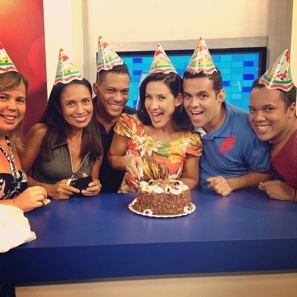 24.set.2013 - Scheila Carvalho comemorou nesta terça os 40 anos. A ex-dançarina se reuniu com integrantes do seu fã clube