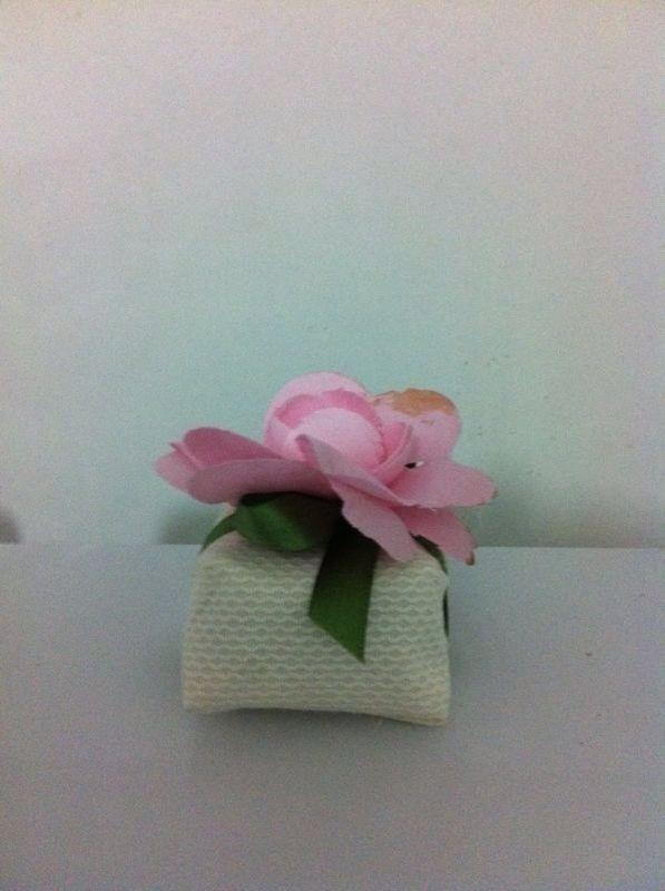 23.set.2013- Convidados ganharam bem-casados com um flor rosa decorando