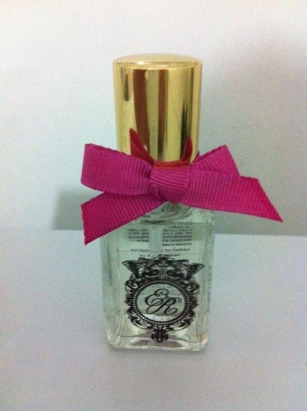 23.set.2013- Uma das lembrancinhas foi um mini perfume com as iniciais dos noivos