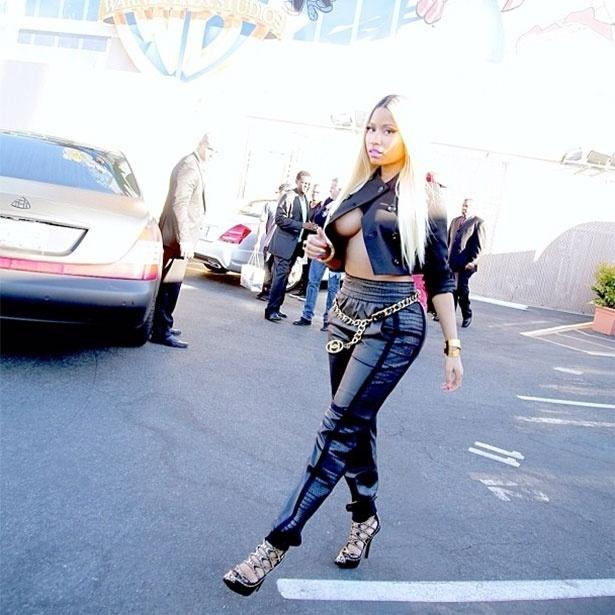 24.set.2013 - A rapper Nicki Minaj posta foto com decote ousado que usou para gravar o programa de Ellen Degeneres