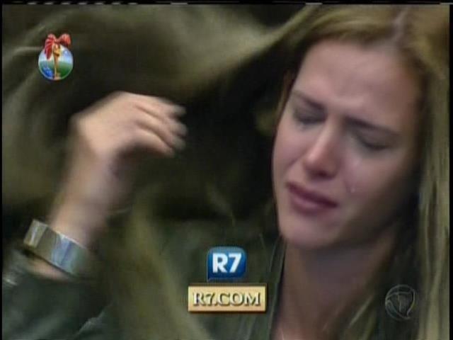 24.set.2013 - Ao lembrar de vídeo íntimo em atividade, Denise caiu no choro