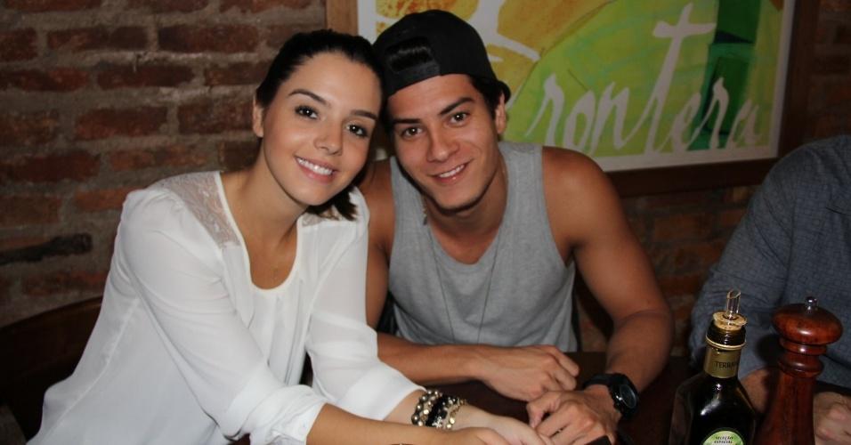 24.set.2013 - Arthur Aguiar leva a namorada Giovanna Lancelotti na festa do elenco de