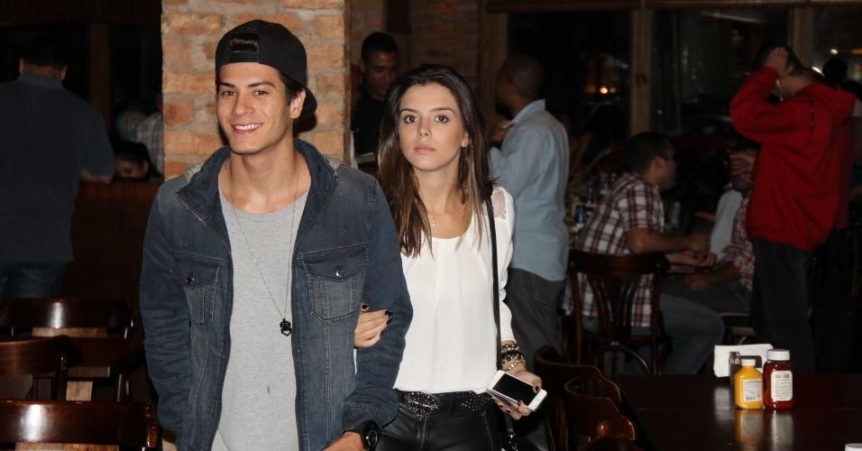 """24.set.2013 - Arthur Aguiar leva a namorada Giovanna Lancelotti na festa do elenco de """"Dona Xepa"""", no Rio"""