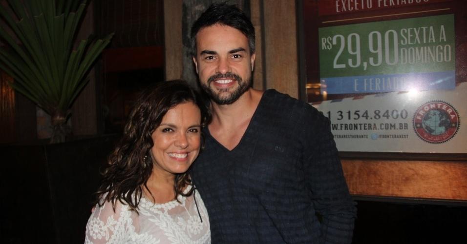 "24.set.2013 - Marcella Muniz e Marcio Kieling posam juntos na festa do elenco de ""Dona Xepa"""