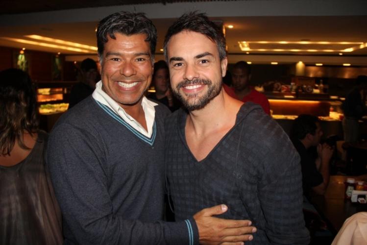 """24.set.2013 - Maurício Mattar e Márcio Kieling posam juntos na reunião do elenco de """"Dona Xepa"""""""