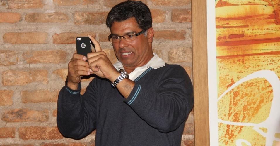 """24.set.2013 - Maurício Mattar fotografa colegas de elenco de """"Dona Xepa"""" na festa da novela, no Rio"""