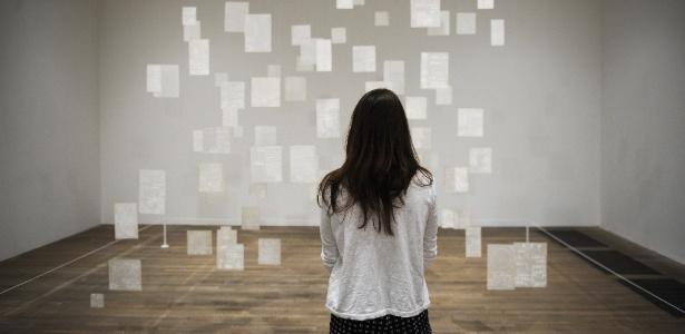 "24.set.2013 - Mulher obsevar ""Variantes 1977"", obra da artista Mira Schendel exposta na Tate Modern, em Londres  - Facundo Arrizabalaga/EFE"