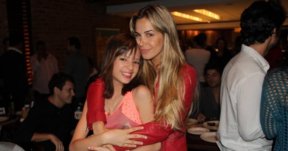 """24.set.2013 - Robertha Portella abraça Ana Clara Pintor na reunião do elenco de """"Dona Xepa"""""""
