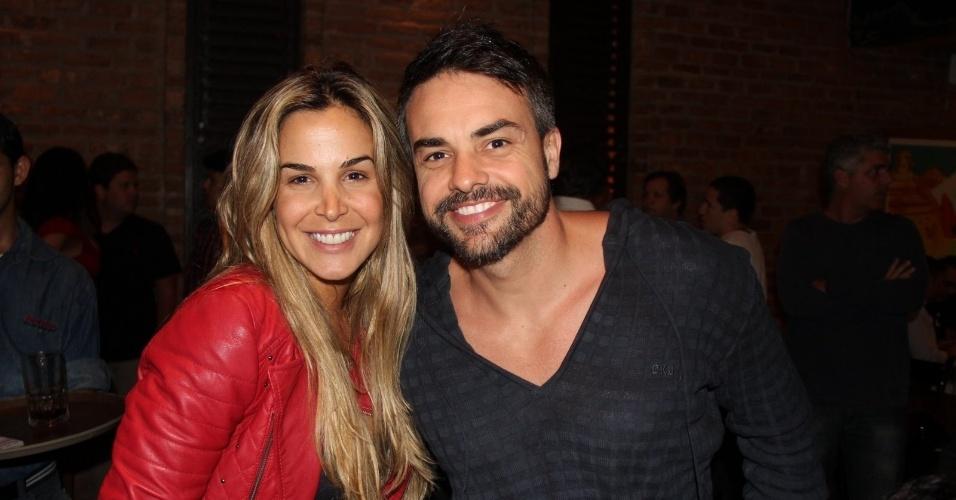 "24.set.2013 - Robertha Portella e Márcio Kieling assistem juntos ao último capítulo de ""Dona Xepa"" com o elenco da novela"