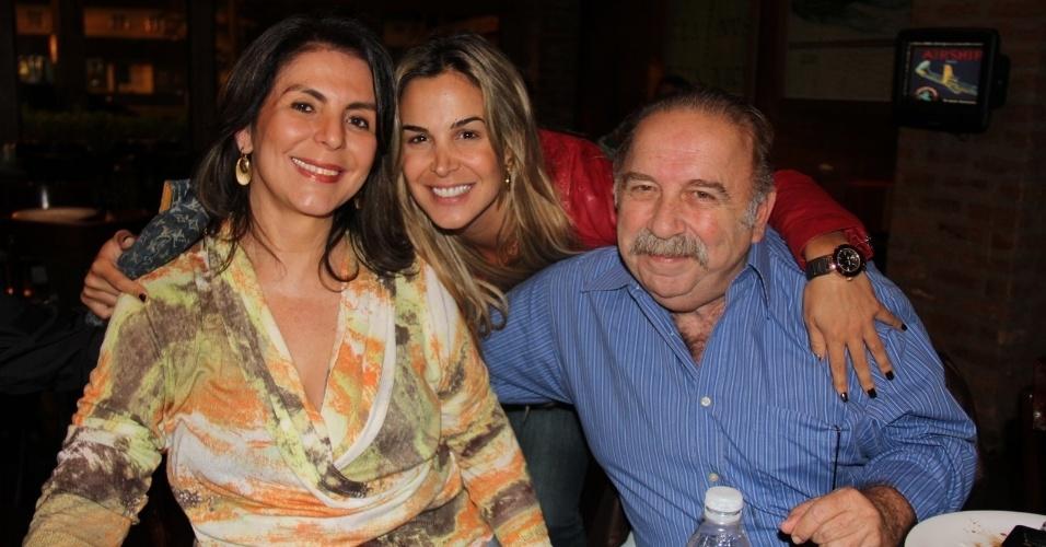"""24.set.2013 - Robertha Portella posa com o casal Castrinho e Andrea na reunião do elenco de """"Dona Xepa"""", que assistiu junto ao último capítulo da novela, no Rio"""
