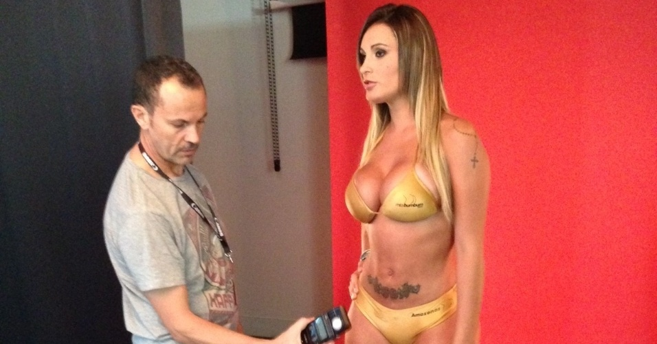 25.set.2013 - Andressa Urach participou de um ensaio fotográfico em Lisboa para a revista ?Vidas?, de Portugal. As fotos dos bastidores, mostram a ex-peoa de biquíni.