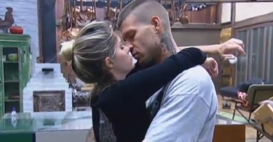 25.set.2013 - Bárbara Evans e Mateus Verdelho se beijam