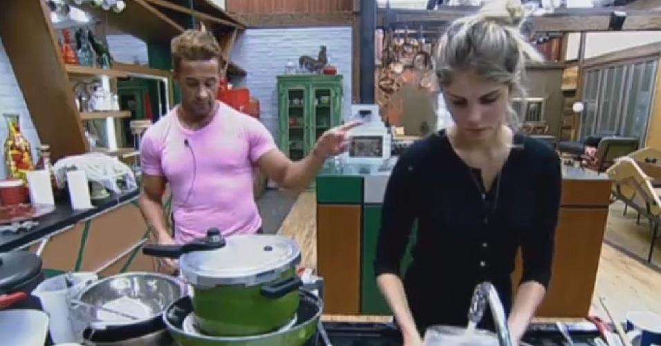 25.set.2013 - Marcos Oliver critica Denise enquanto Bárbara lava a louça