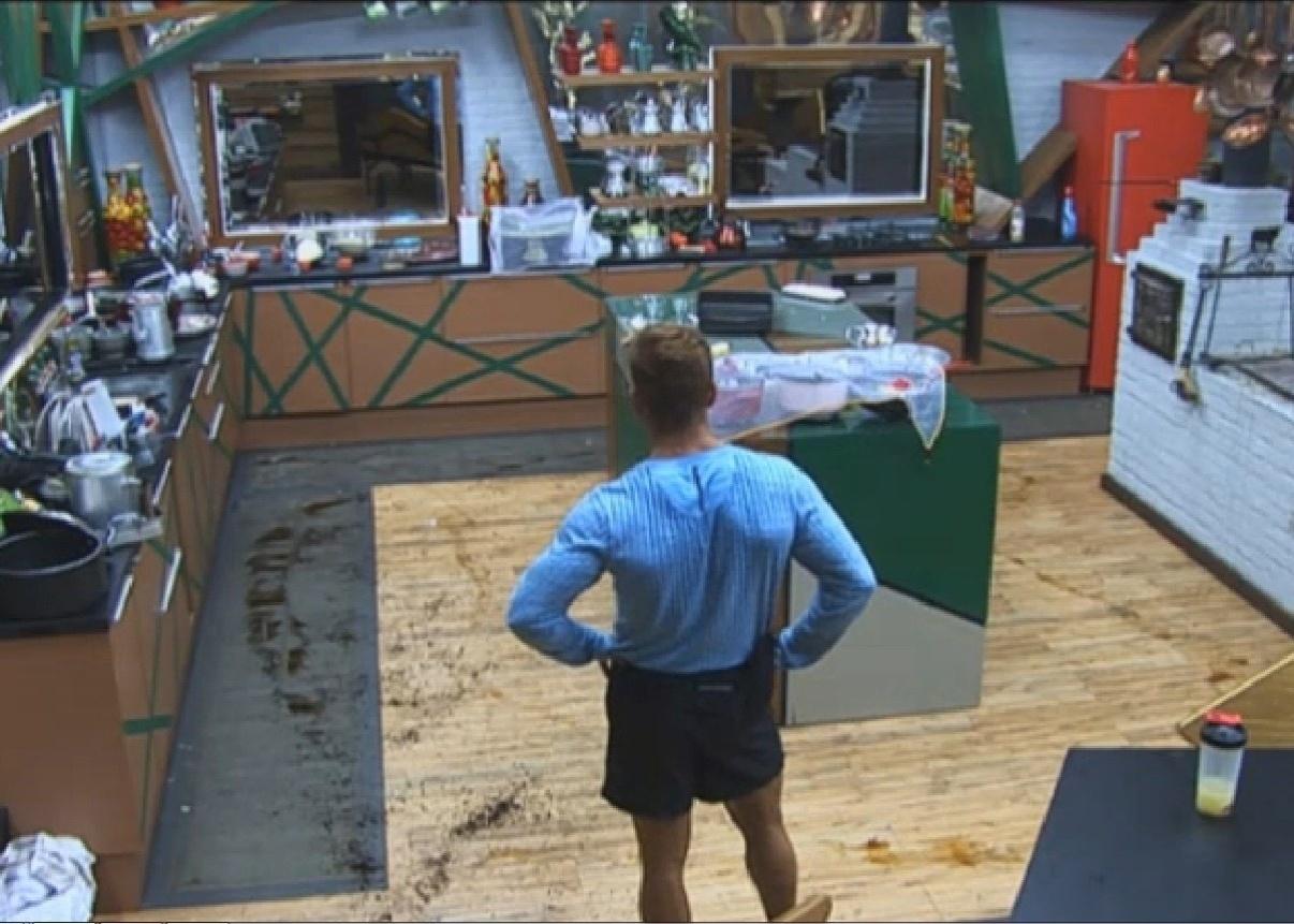 25.set.2013 - Marcos Oliver observando a bagunça que Denise Rocha fez na cozinha